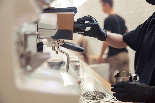 여성이 커피하우스에서 카푸치노를 준비하고 있다