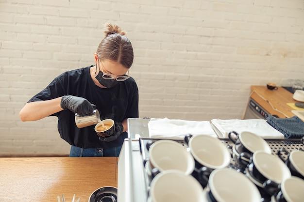 봉사할 커피 한 잔을 준비하는 여성