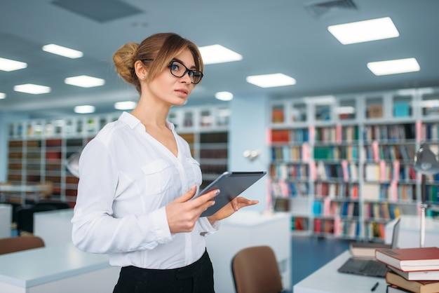 대학 도서관에 서있는 여자 사람