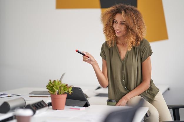 회사의 성공 발전을 생각하는 여성