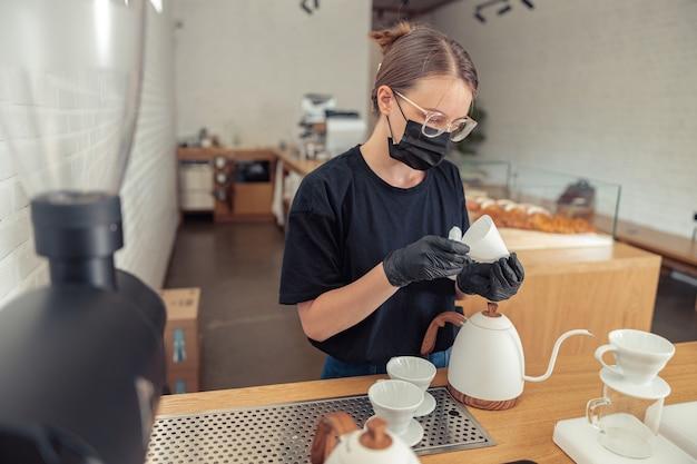 부엌에서 특별한 도구를 사용하는 여성