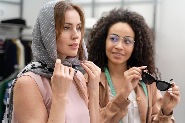 Cliente personale femminile che aiuta cutomer