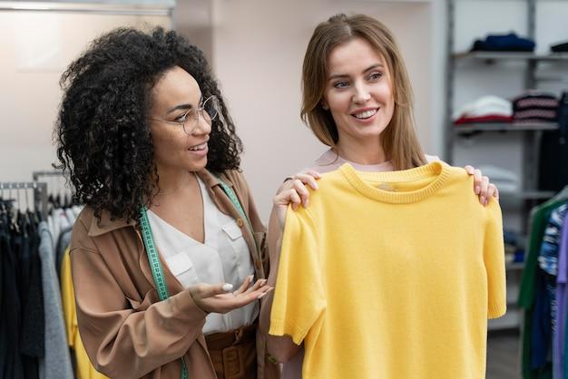 Женский персональный покупатель помогает клиенту