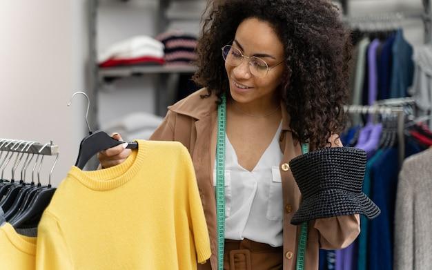 Женский персональный покупатель в магазине работает