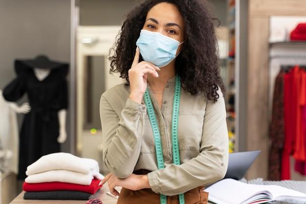 マスク作業をしている女性のパーソナルショッパー