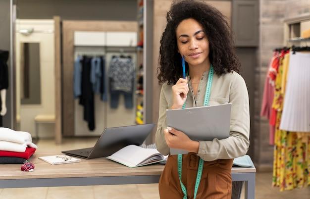 働く女性のパーソナルショッパー Premium写真
