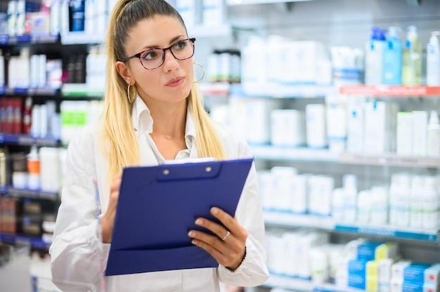 그녀의 가게에서 상품을 확인하는 여성 약사