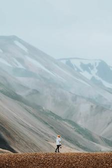 Женщина-фотограф в ландманналаугар в заповеднике фьяллабак, нагорье исландии.