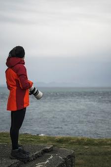 スコットランド、スカイ島のヴァタニッシュ灯台の女性写真家