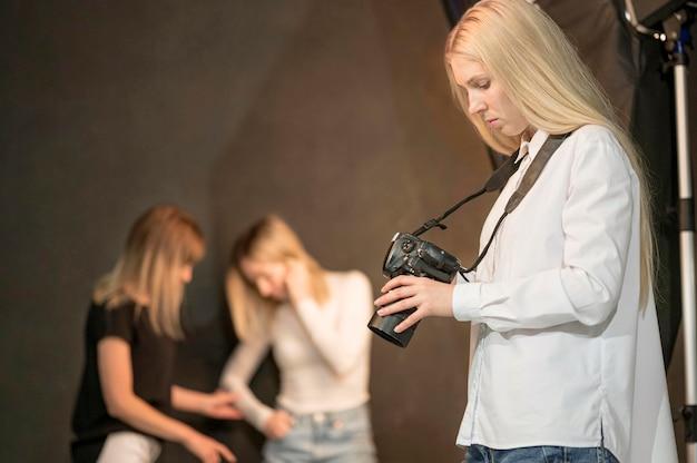 Fotografo femminile e modelli sfocati