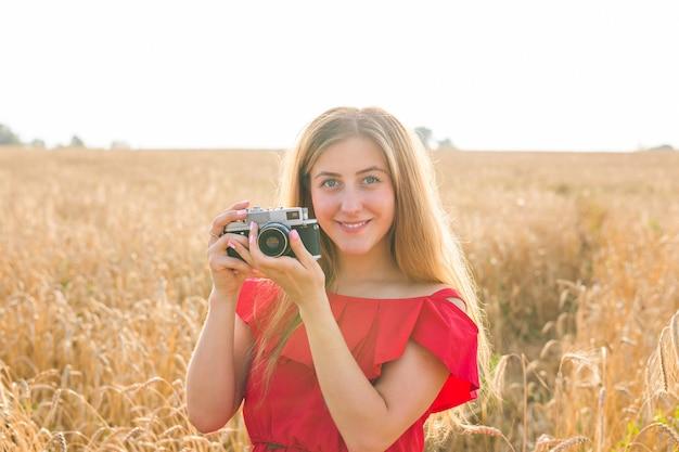 사진을 찍는 카메라와 함께 현장에서 여성 사진 작가