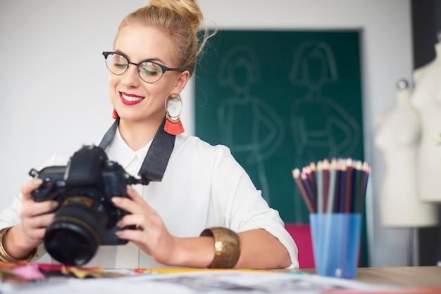 그녀의 이미지를 보고 있는 여성 사진작가