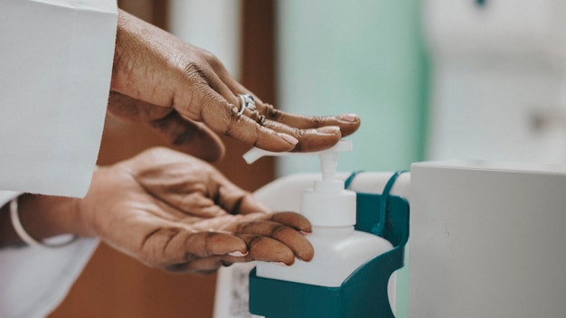 Medico femminile che si disinfetta le mani