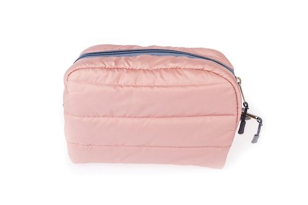 白い背景で隔離の女性のピンクの化粧品バッグ。