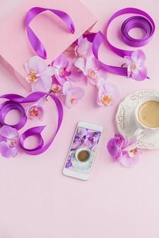 女性のピンクの花の職場