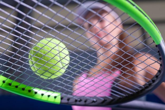 Игрок, держащий теннисную ракетку и мяч