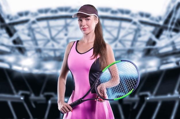 スポーツアリーナの背景を持つテニスラケットを保持している女性プレーヤー
