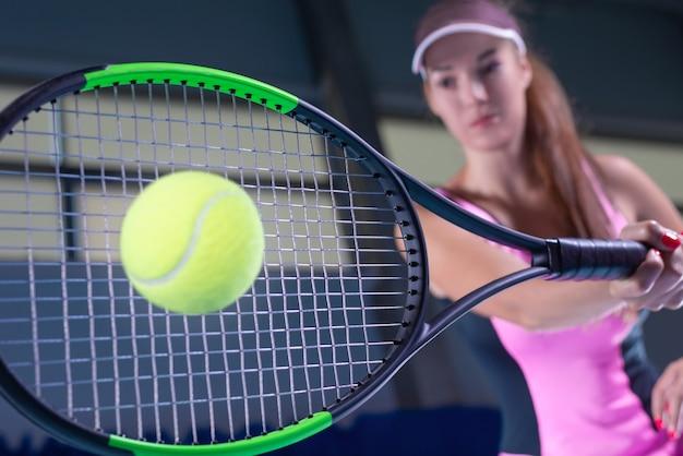 Игрок, держащий теннисную ракетку с мячом
