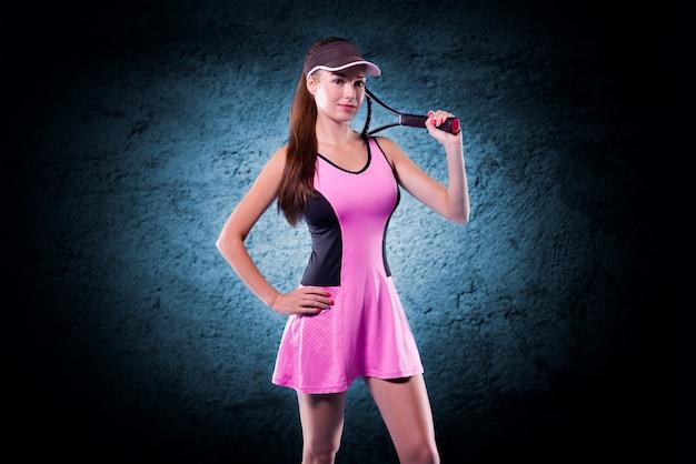 テニスラケットを持っている女性プレーヤー