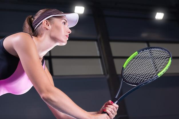 Игрок, держащий теннисную ракетку