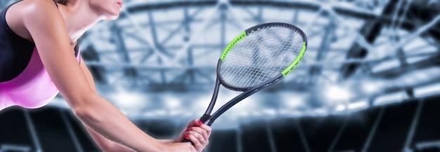 Игрок с теннисной ракеткой и фоном спортивной арены