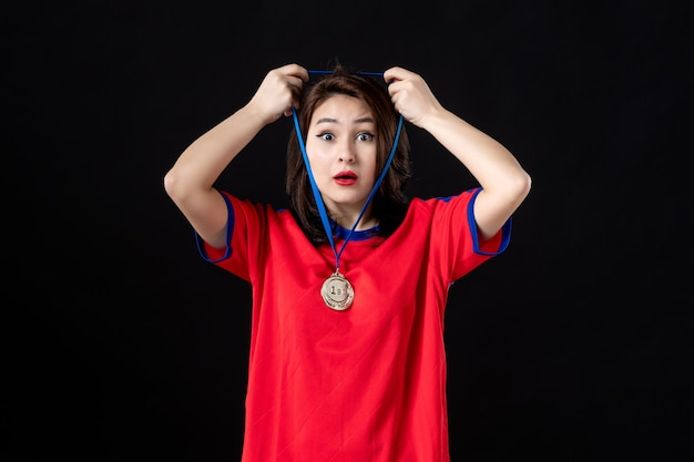 블랙에 금메달을 가진 여자 선수 프리미엄 사진