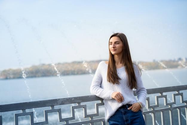 여성 초상화. 분수와 호숫가에 포즈 캐주얼에서 아름 다운 여자