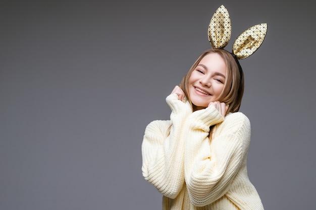 회색 장면에 토끼 귀에 귀여운 여자의 여성 초상화