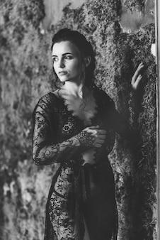 검은 레이스 란제리에 포즈를 취하는 여성. 관능미녀가 에로 속옷으로 돌아왔다.