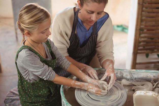 女性陶芸家支援少女