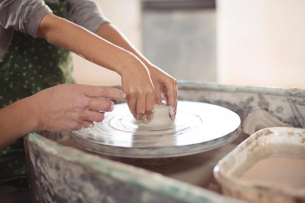 女の子を助ける女性の陶芸家