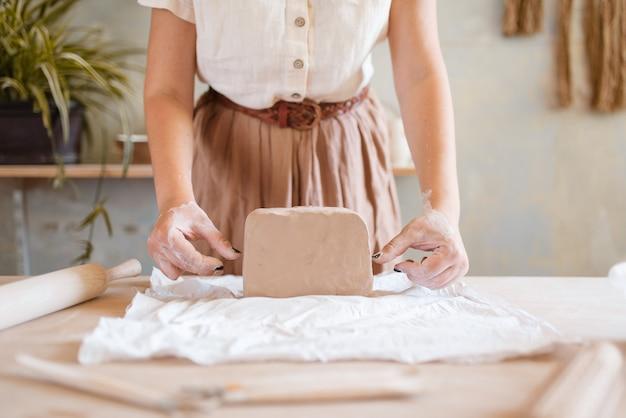 Женщина-гончар готовит пену