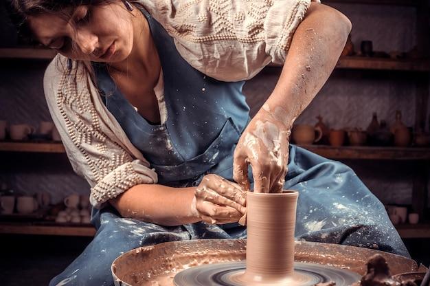 세라믹 워크숍에서 일하는 여성 도자기 학생