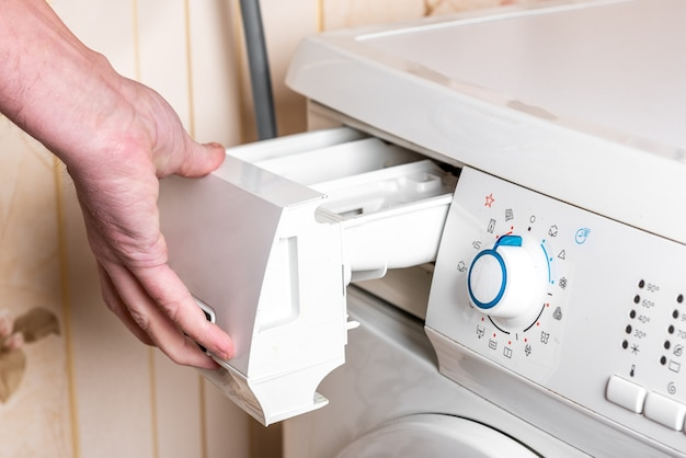 Женщина залить стиральный порошок в стиральную машину