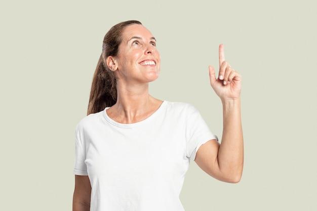 공중에서 손가락을 가리키는 여성 발표자