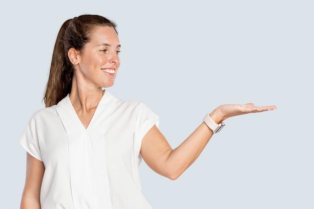 그녀의 손바닥을 보여주는 여성 발표자