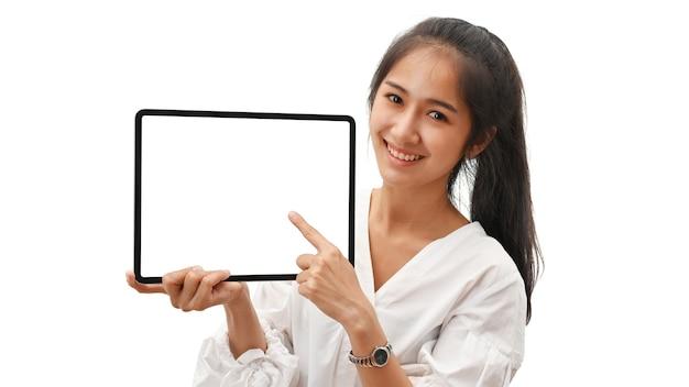白い背景で隔離のモックアップ画面とデジタルタブレットを提示する女性