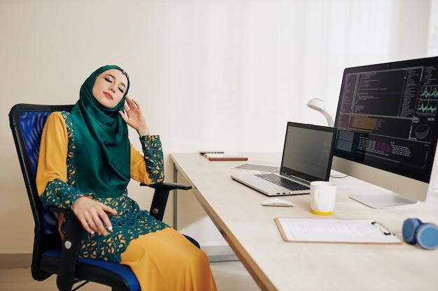 仕事で休憩を持つ女性プログラマ