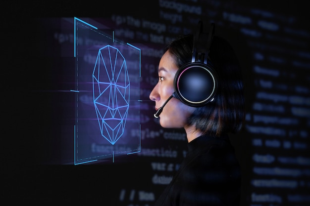 Женщина-программист сканирует свое лицо с помощью биометрической технологии безопасности на виртуальном экране цифровой ремикс