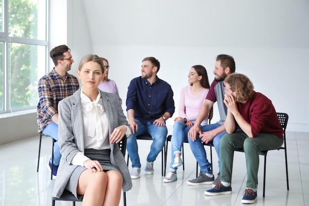 集団療法セッションの女性心理学者