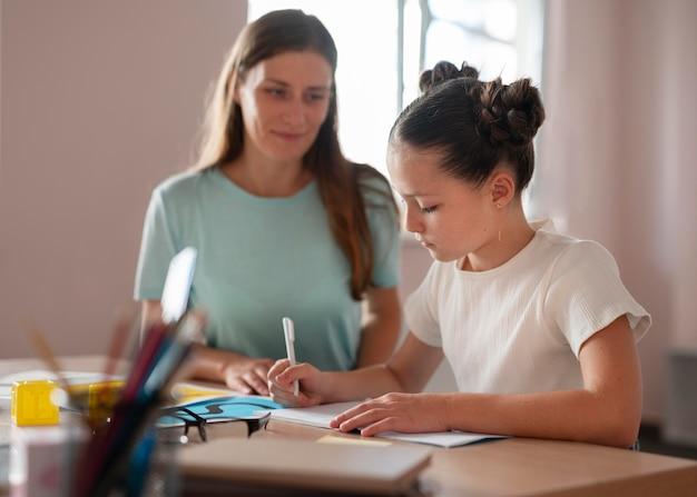 Psicologo femminile che aiuta una ragazza nella logopedia