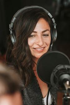 스튜디오에서 라이브 방송하는 여성 라디오 진행자