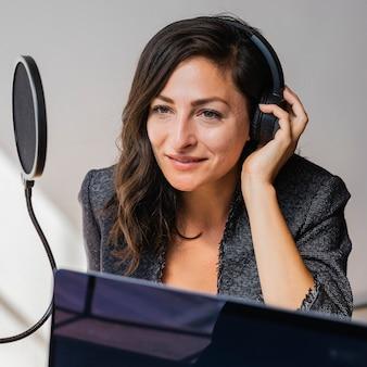 스튜디오에서 라이브 방송하는 여성 라디오 진행자 프리미엄 사진