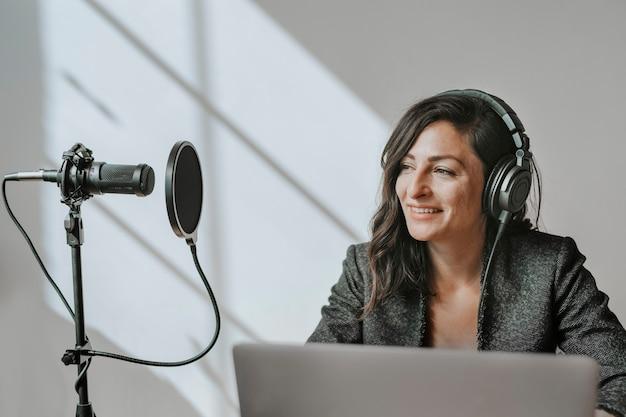 스튜디오에서 생중계하는 여성 라디오 진행자