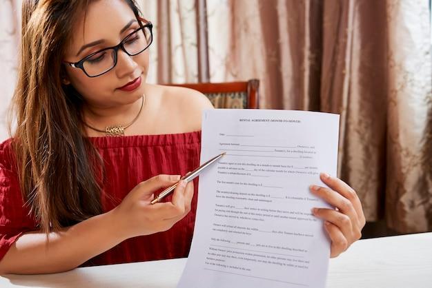 賃貸契約の記入方法を説明する女性不動産マネージャー