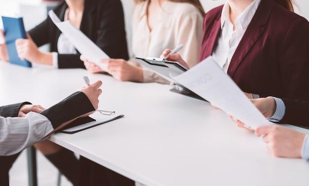 女性採用チーム。企業の雇用。ビジネス雇用。応募者の履歴書を調べるhr女性。