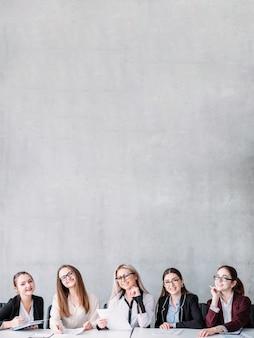 Женский рекрутинговый коллектив. корпоративный найм. занятость в бизнесе. hr женщины сидят за столом и улыбаются в камеру