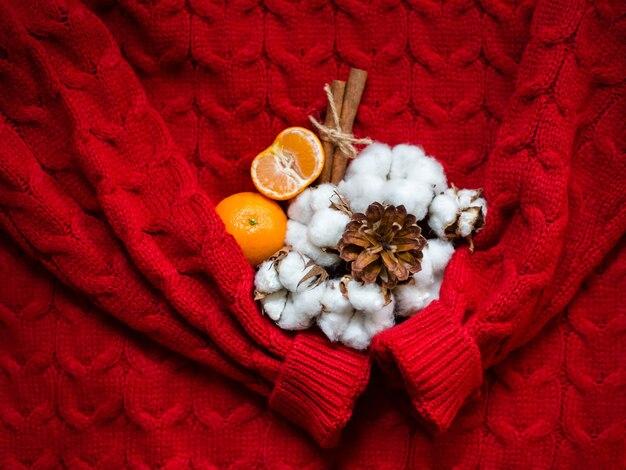Женский красный вязаный свитер, пуловер и букет из хлопка, плоский вид сверху. модный джемпер для дамской одежды