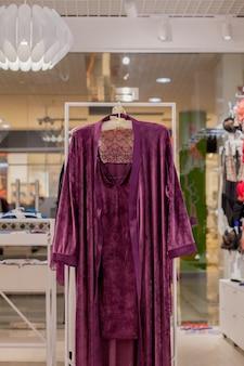 매장에서 여성 빨간색 새틴 잠옷