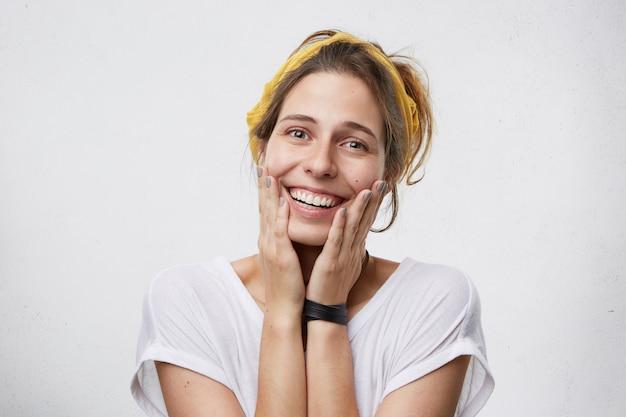 良い知らせを喜ぶ女性